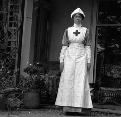 DV16-Agatha-Christie-in-VAD-uniform-600x586